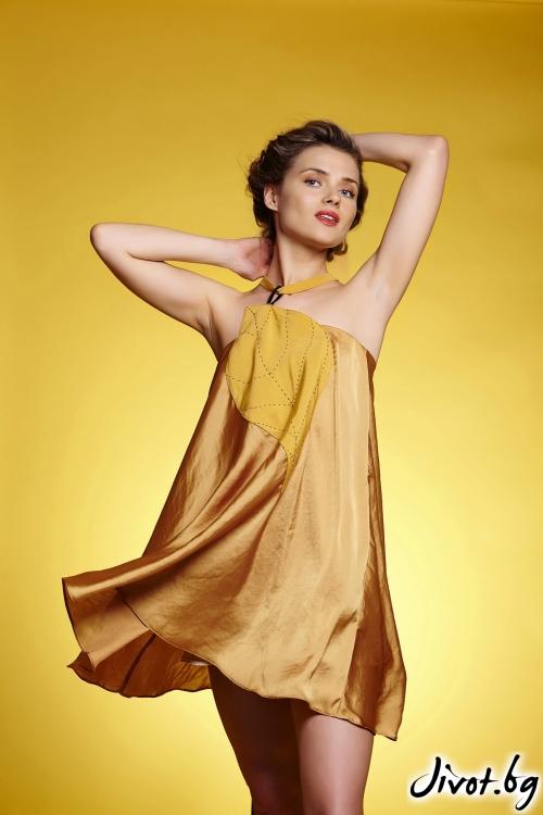 Разкроена къса дамска рокля с апликация във форма на голямо листо с декоративни шевове / Модна къща АМБИЦИЯ