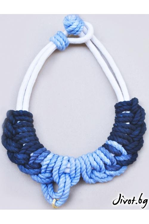 Kолие от памучни въжета с бяла основа и оплетка в сини тонове На изчезване