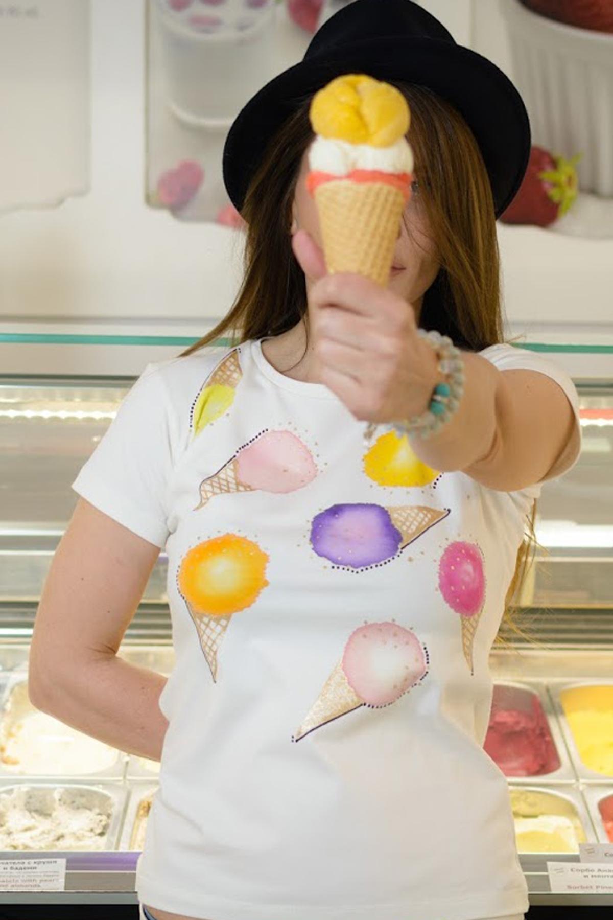 Редактиране: Дамска тениска с ръчно рисувана декорация Сладоледи / Décollage