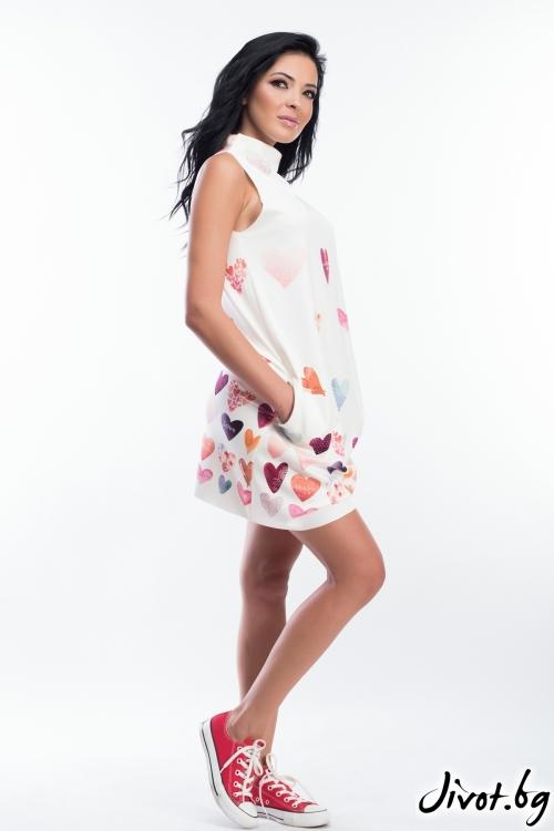 Дамска бяла рокля със щампа на сърчица