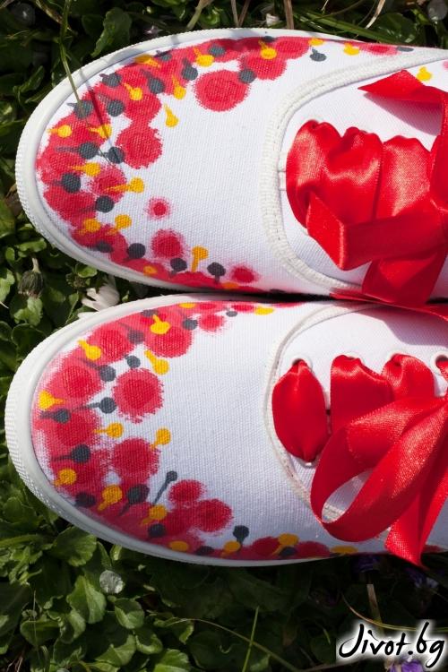 Ръчно рисувани кецове с червени цветя / FETSKI