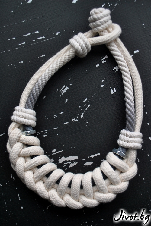 Бяло дамско колие със златиста гайка / На изчезване
