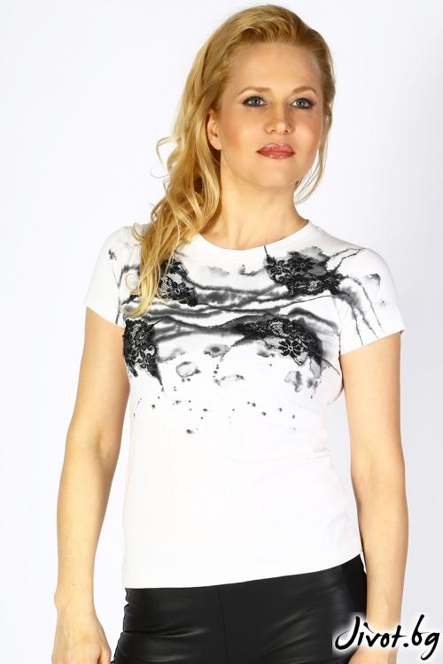 Бяла дамска блуза с къс ръкав и ръчно рисувана текстилна декорация / Décollage