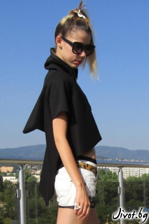 Екстравагантен асиметричен суитшърт с къси ръкави в черен цвят/FABRA MODA STUDIO