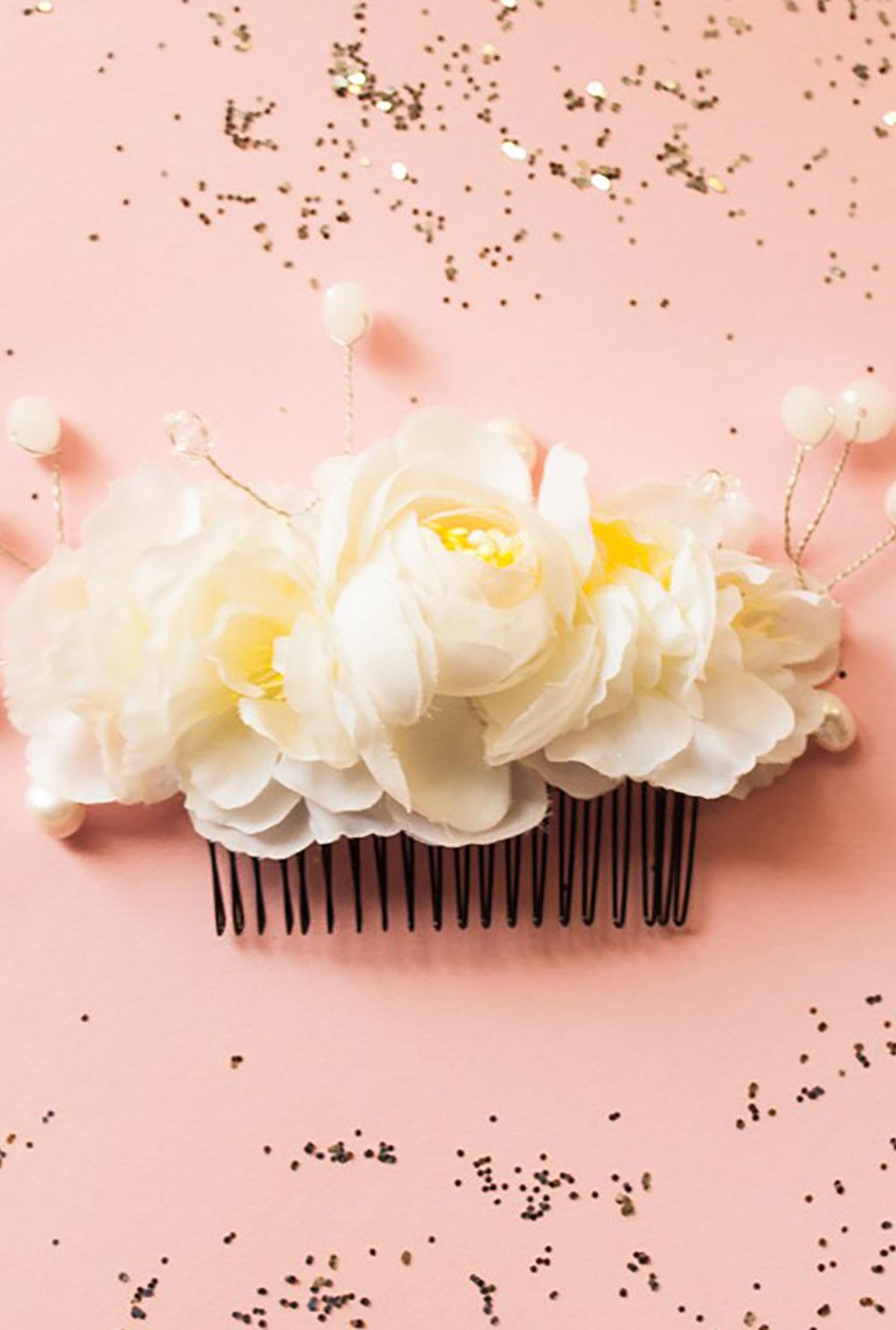 Ръчно изработен гребен с перли и бели цветя / Forget-me-not